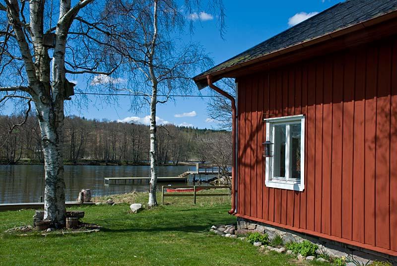 Sommarhuset ligger vackert vid Göta älvs strand.
