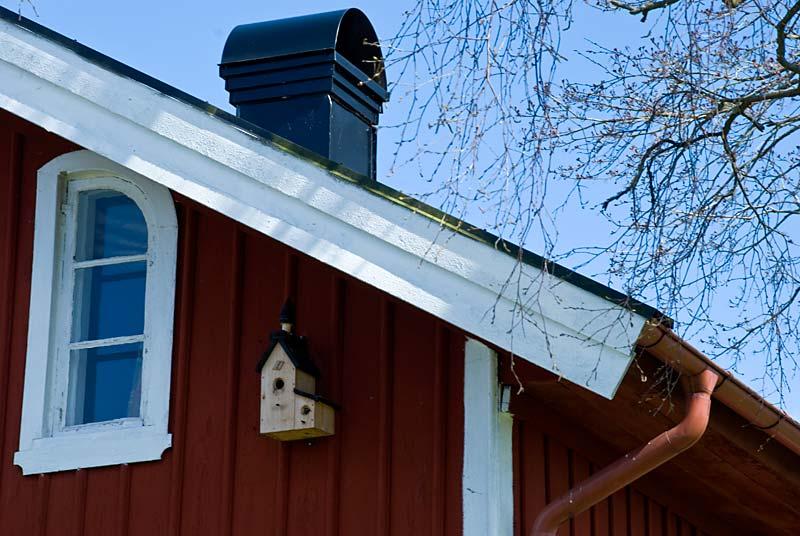 På gården finns flera fågelholkar.