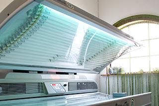 Vårt solarium har rör som är godkända av Strålskyddsinstitutet. I solariet kan du få en extra skjuts med D-vitamin.